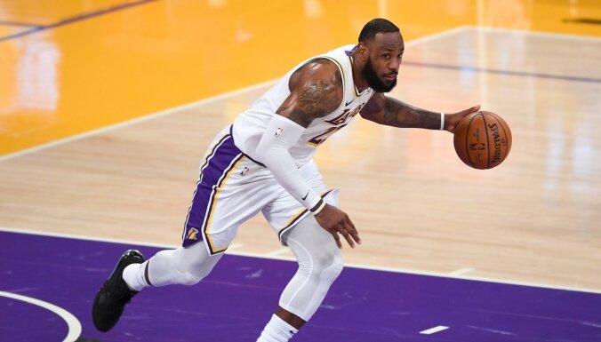 Džeimss savā karjeras 1300. spēlē palīdz 'Lakers' izcīnīt uzvaru