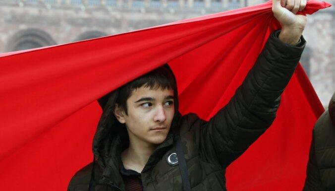 Foto: Armēnijā tūkstoši pieprasa premjera Pašinjana atkāpšanos