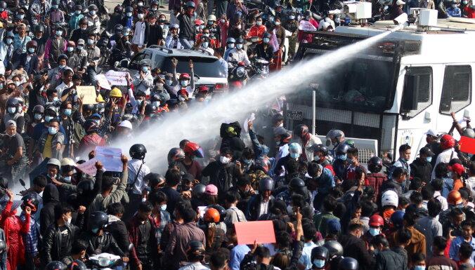 Протесты в Мьянме: полиция применила боевые патроны, двое погибших