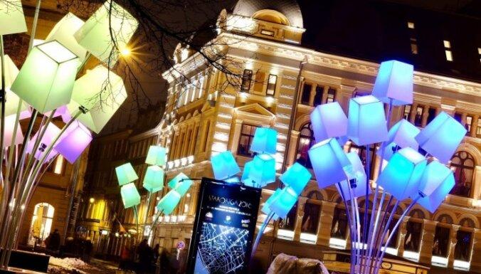 Foto: Galvaspilsēta virmo un mirdz gaismas festivāla 'Staro Rīga' krāsās