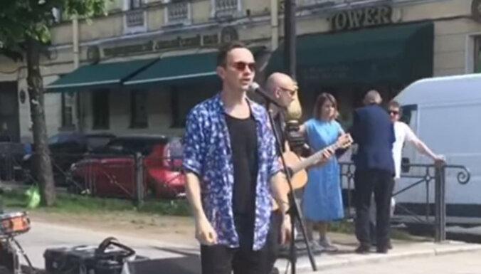 Video: 'Prāta vētra' Sanktpēterburgā muzicē uz ielas