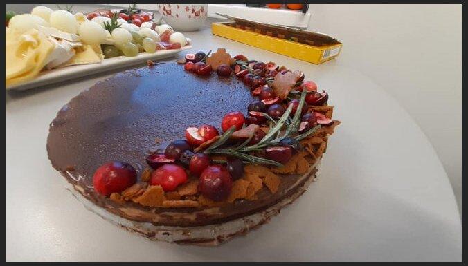 Neceptā mandarīnu siera kūka ar dzērveņu želeju un piparkūku pamatni