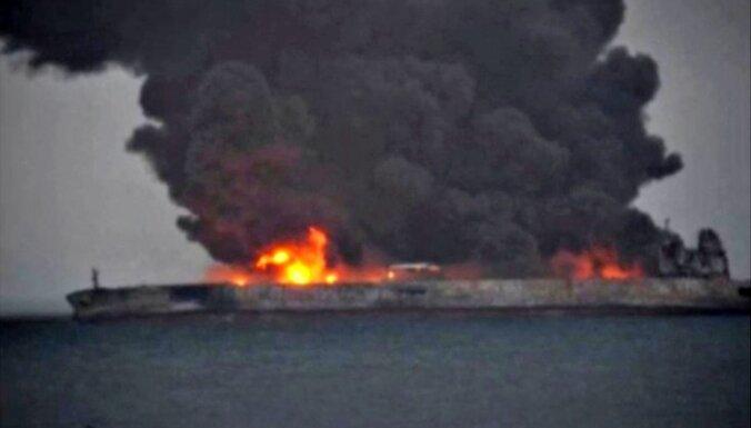 Ķīnas piekrastē avarējis tankkuģis var sprāgt jebkurā brīdī, brīdina eksperti