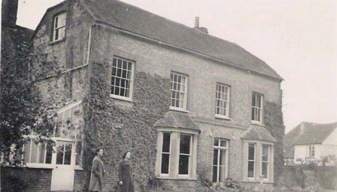 Foto: Miljonu vērtā luksusa māja Anglijā, kurā ir slepena istaba un bunkurs