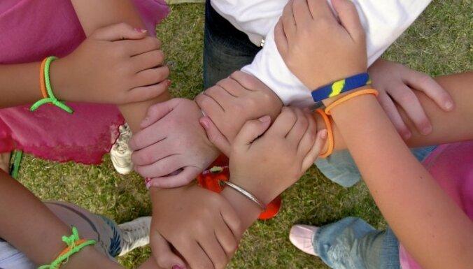 В обмене детьми между семьями латышей и нелатышей участвовали 100 детей
