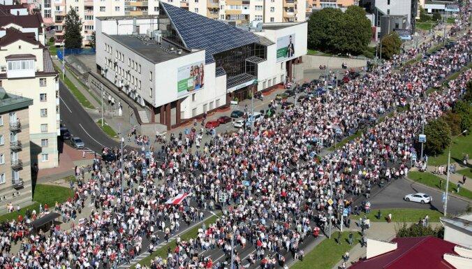 Minskā tūkstošiem cilvēku devušies protesta gājienā pret Lukašenko režīmu (plkst. 21.13)