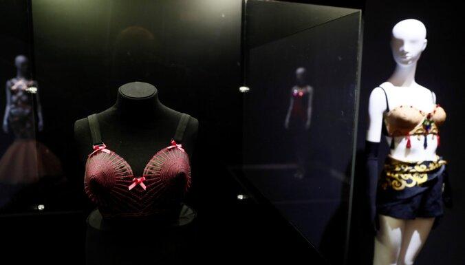Foto: Merilina Monro, Odrija Hepberna un Madonna – izstādīti vēsturiski slavenību tērpi