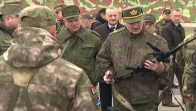 Lukašenko kara gadījumā sola izsniegt ieročus katrai ģimenei