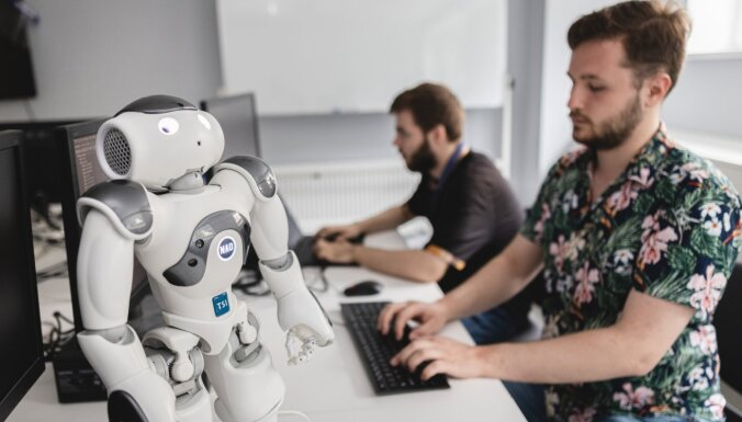 Pieredzes stāsts: kā studenti Andris un Nikolajs programmē skolotāju-robotu