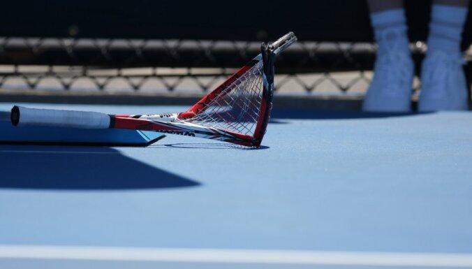 ВИДЕО: ракетка прилетела в судью, теннисиста дисквалифицировали