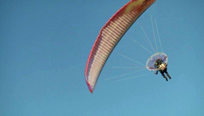 Foto: Paramotoristi 'uz spārniem' pārlido dzimteni, izcīnot pēdējo posmu