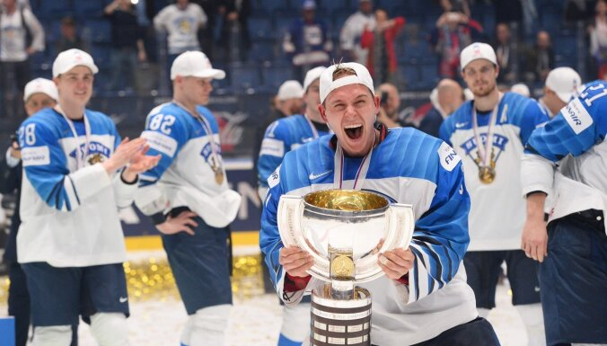 ФОТО: Хоккеисты сборной Финляндии сломали главный трофей чемпионата мира