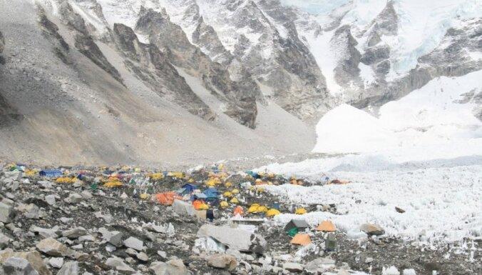 Базовый лагерь Эвереста в Тибете закрыт для туристов из-за мусора