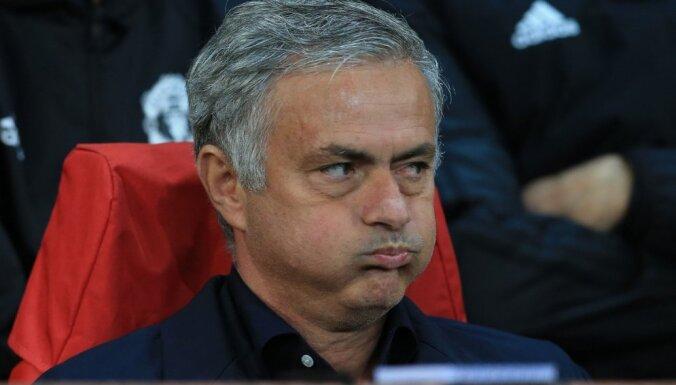 Mediji: Mourinju atlaišana 'Manchester United' dārgi izmaksātu