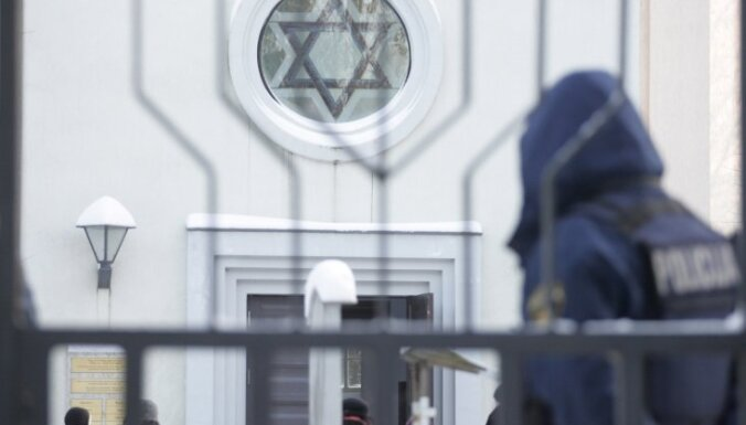 Jauno ebreju kapu apgānīšanas lietā aizturēto vēl nav; iesaistījusies arī DP