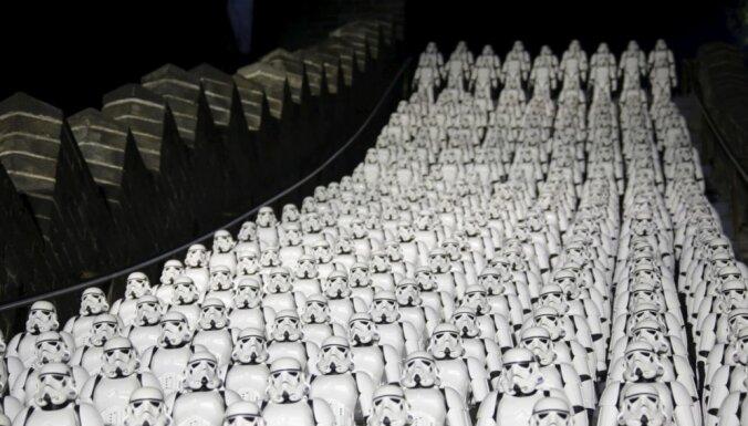 Foto: Par godu 'Zvaigžņu karu' treilera iznākšanai, 'impērijas karavīri' 'ieņem' Lielo Ķīnas mūri