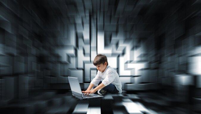 Kāpēc mēs uzķeramies uz maldināšanu internetā: uztveres kļūdas un manipulācijas psiholoģija