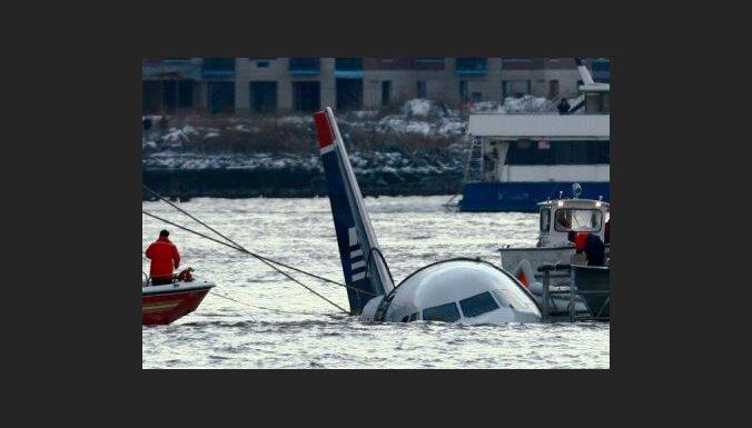 Ņujorkā avārijas nosēšanos upē veic lidmašīna ar 155 pasažieriem