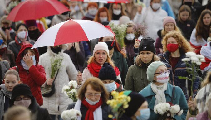 Minskā aizturētas sieviešu demonstrācijas dalībnieces
