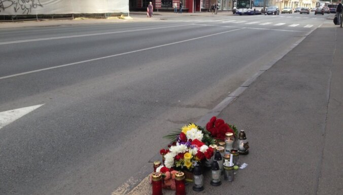 Rīgas centrā traģiskā avārijā iet bojā motociklists; lūdz atsaukties aculieciniekus
