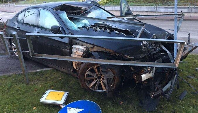 Foto: Ogrē BMW vadītājs alkohola reibumā taranē ceļa nožogojumu