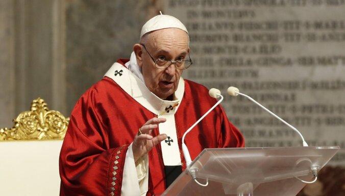 Pāvests pauž atbalstu homoseksuālu pāru civilajām savienībām
