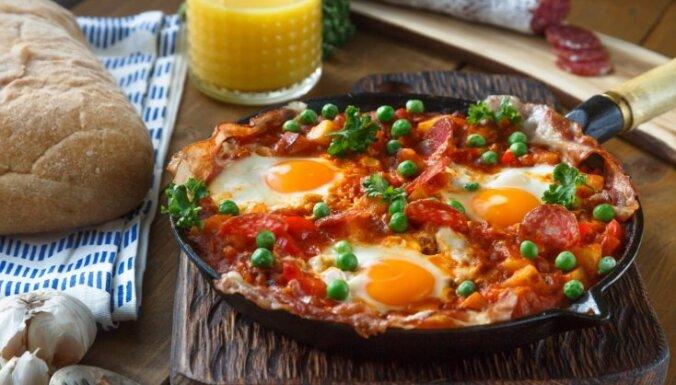 Olas tomātos ar bekonu un čorizo desiņām
