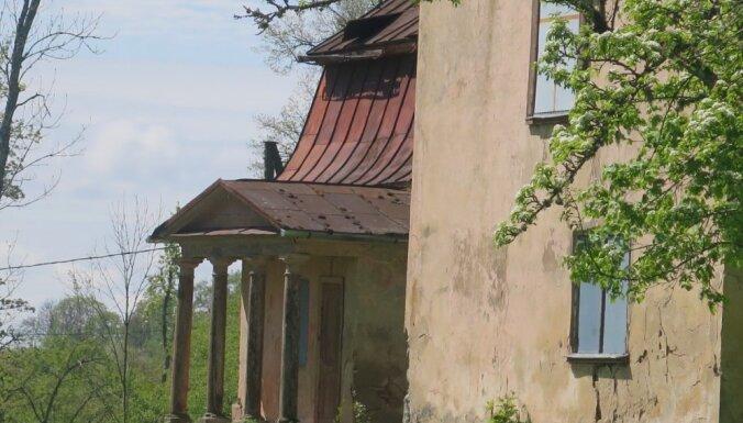 Ceļojums laikā: Liepas muiža, kur filmēta 'Salna pavasarī' un kapsētā spokojas
