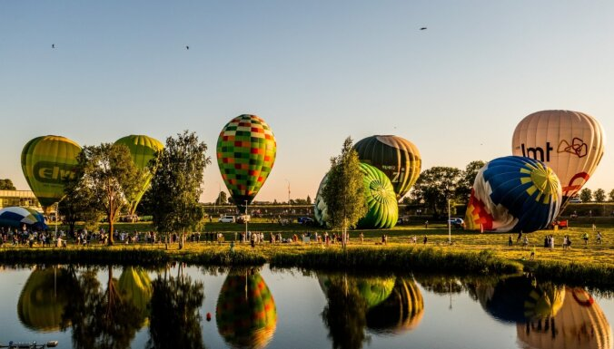 Foto: Daugavpils pilsētas svētku viesus priecējis krāšņs gaisa balonu šovs