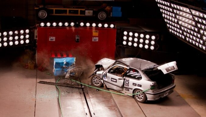 'Atdzīvināta' auto trieciena testa rezultāts mudina CSDD rūpīgāk pārbaudīt avarējušos auto