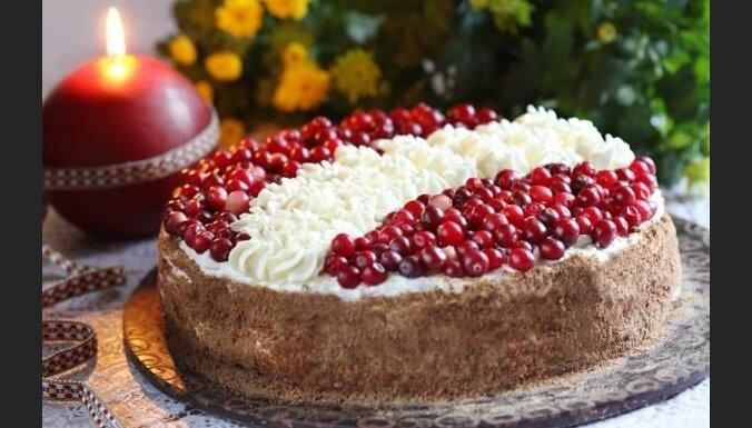 Rupjmaizes biskvīta kūka ar putukrējumu