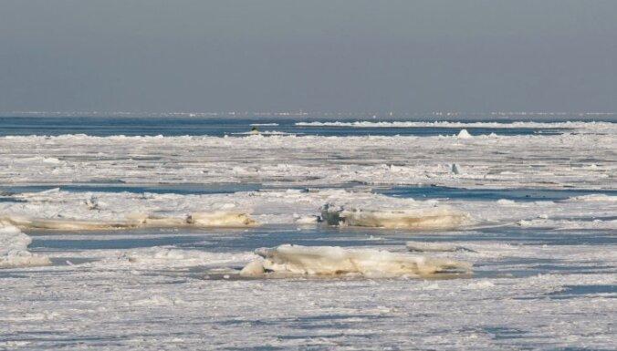 Mērsragā izglābj divus uz ledus gabala jūrā iepeldējušus cilvēkus