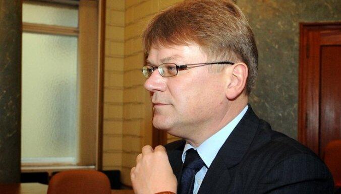 Bijušos tieslietu ministrus Štokenbergu un Grīnvaldu atskaita no advokātu rindām