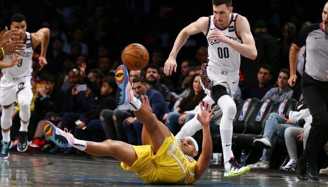 Kurucs izceļas ar astoņiem punktiem zaudējumā pret 'Lakers'