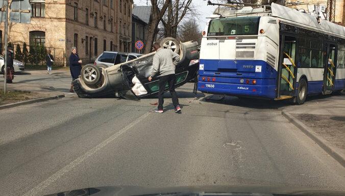 В результате ДТП в Агенскалнсе автомобиль перевернулся на крышу