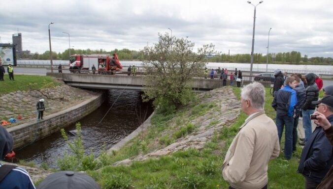 Прохожие помогли спасти водителя машины, упавшей в Рижский канал