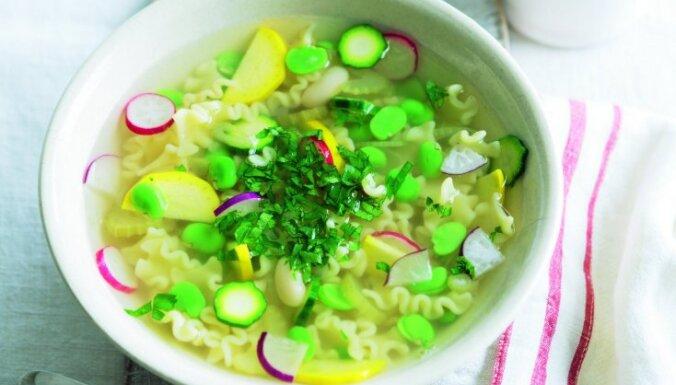 Minestrone makaronu zupa ar redīsiem, cukīni un fenheli