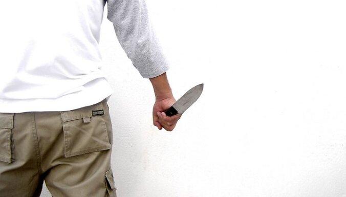 Rēzeknē vīrietis ar nazi uzbrūk Valsts policijas darbiniekiem