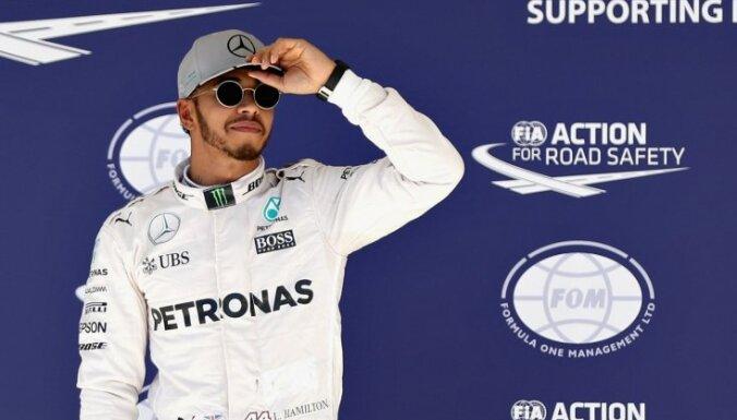 Hamiltons uzvar lietus izbojātajā Brazīlijas 'Grand Prix' posmā