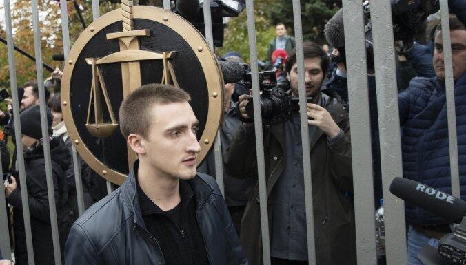 Maskavas tiesa aktierim Ustinovam piespriesto reālo cietumsodu nomaina pret nosacītu