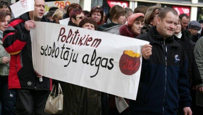 Учителя назвали политиков лицемерами; Страуюма призвала педагогов сотрудничать