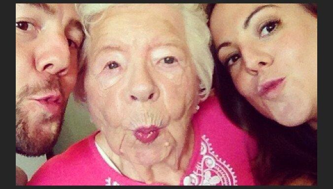 Foto: Selfiju neprātā nu jau iesaistās arī vecīši