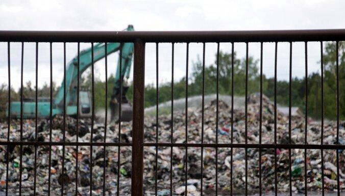 Полиция подозревает умышленный поджог свалки нелегальных отходов в Юрмале