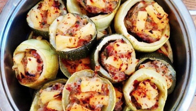 Ar malto gaļu un ananasiem pildītas kabaču ripiņas