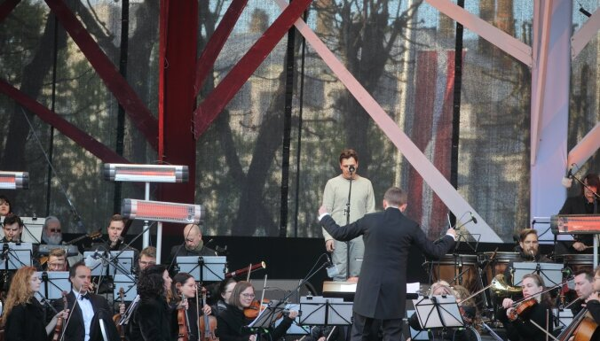 Foto: Uz kopības un pacilātības viļņa izskanējis svētku koncerts 'Dziesmotā rezolūcija'