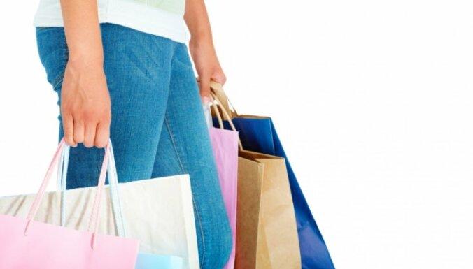 Рига разрешила магазинам в торговых центрах выдавать товары на улице без согласования