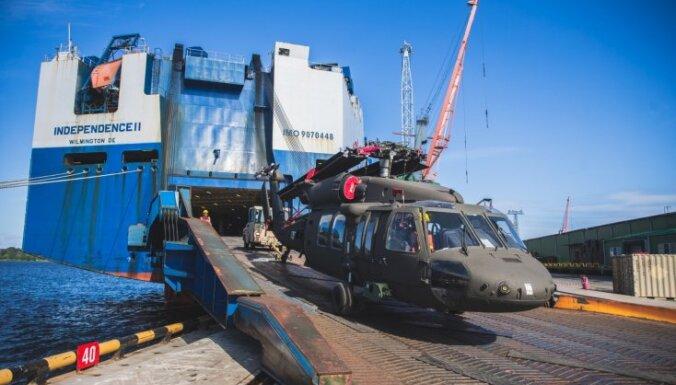 Foto: Rīgas ostā ierodas ASV bruņoto spēku helikopteri