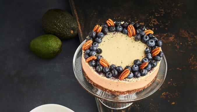Замороженный торт из авокадо и манго без выпечки