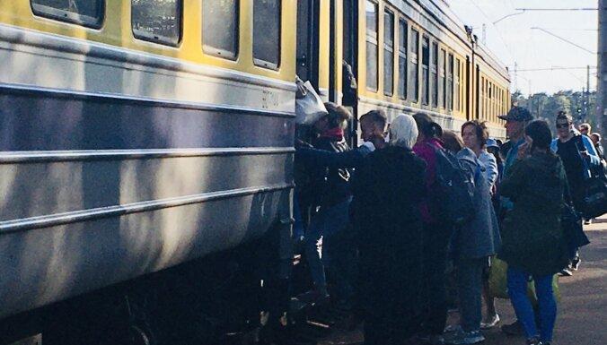 Вагонов нет, но вы… Почему во время чрезвычайной ситуации с Рижского взморья едет переполненный поезд?
