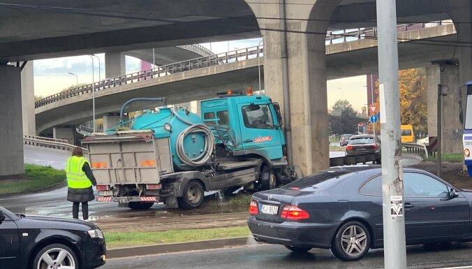 Foto: Kravas auto ietriecas Dienvidu tilta balstā un uz laiku paralizē satiksmi